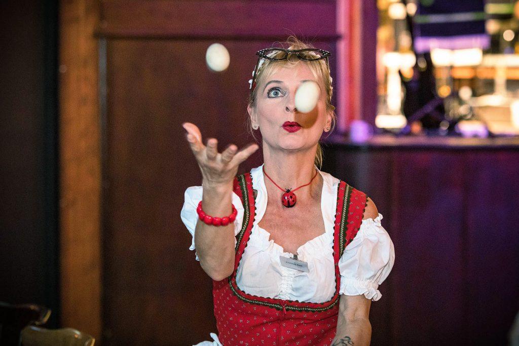 Comedy Kellnerin Susi jongliert   Wiliams Entertainment & Friends
