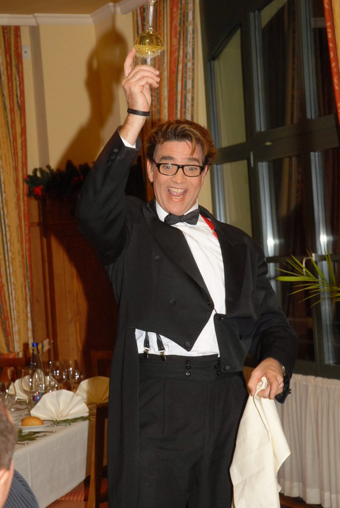 Comedy Kellner WIlli mit Weinglas-Trick   Wiliams Entertainment & Friends