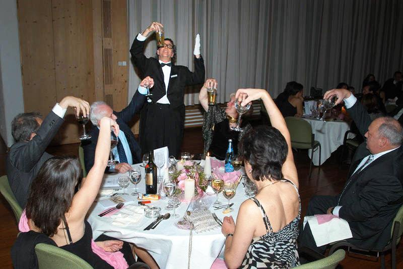 Kellner Willi unterhält die Gäste mit einem Trick   Wiliams Entertainment & Friends